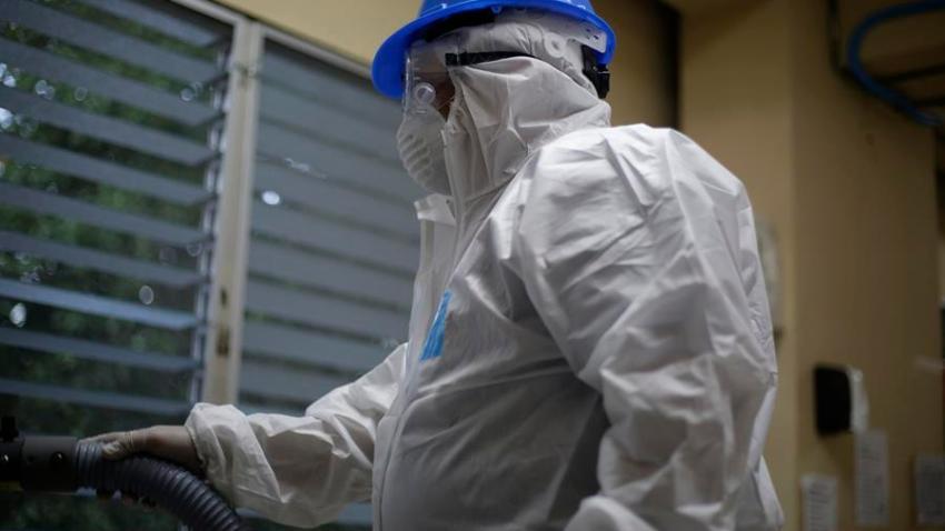 Trabajadores participan en una jornada de sanitización, limpieza y desinfección para prevenir el virus Coronavirus (COVID-19) en la red pública de hospitales este miércoles, en San Salvador (El Salvador). EFE/Rodrigo Sura/Archivo