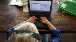 alguien usando una computadora