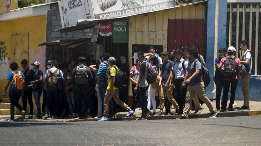Estudiantes de la Universidad Nacional de Ingeniería (UNI) luego de terminar su jornada de clases este lunes, en Managua