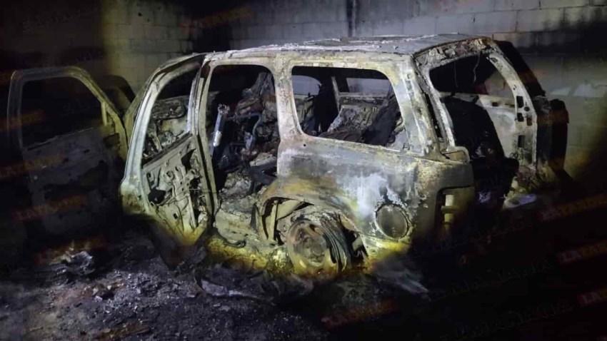 Vehículo quemado dentro de un búnker