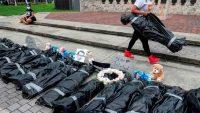 """Insólita protesta: apilan """"cadáveres"""" porque no reciben sus cheques de ayuda"""