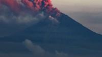 Gas y ceniza de volcán en erupción paraliza aeropuerto y afecta a 22 ciudades en Ecuador