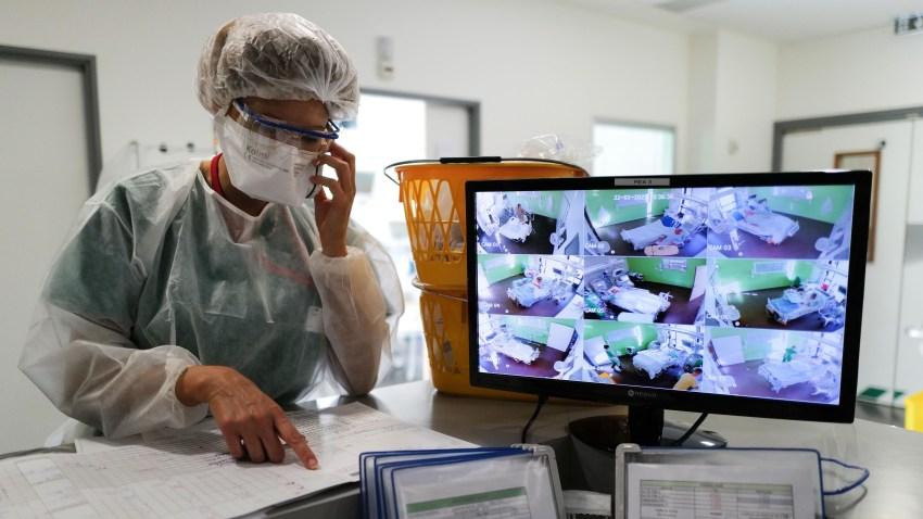 Una enfermera en un centro hospitalario en Francia.