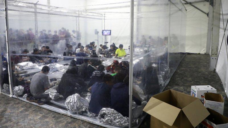 Al interior: centro donde procesan menores y familias migrantes en el sur de Texas