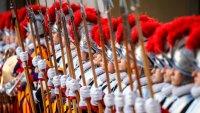 Unos 34 nuevos guardias suizos juran fidelidad eterna al papa Francisco y sus sucesores