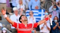 """Djokovic reconquista París y regala su raqueta a un niño que le dio """"consejos"""" durante el partido"""
